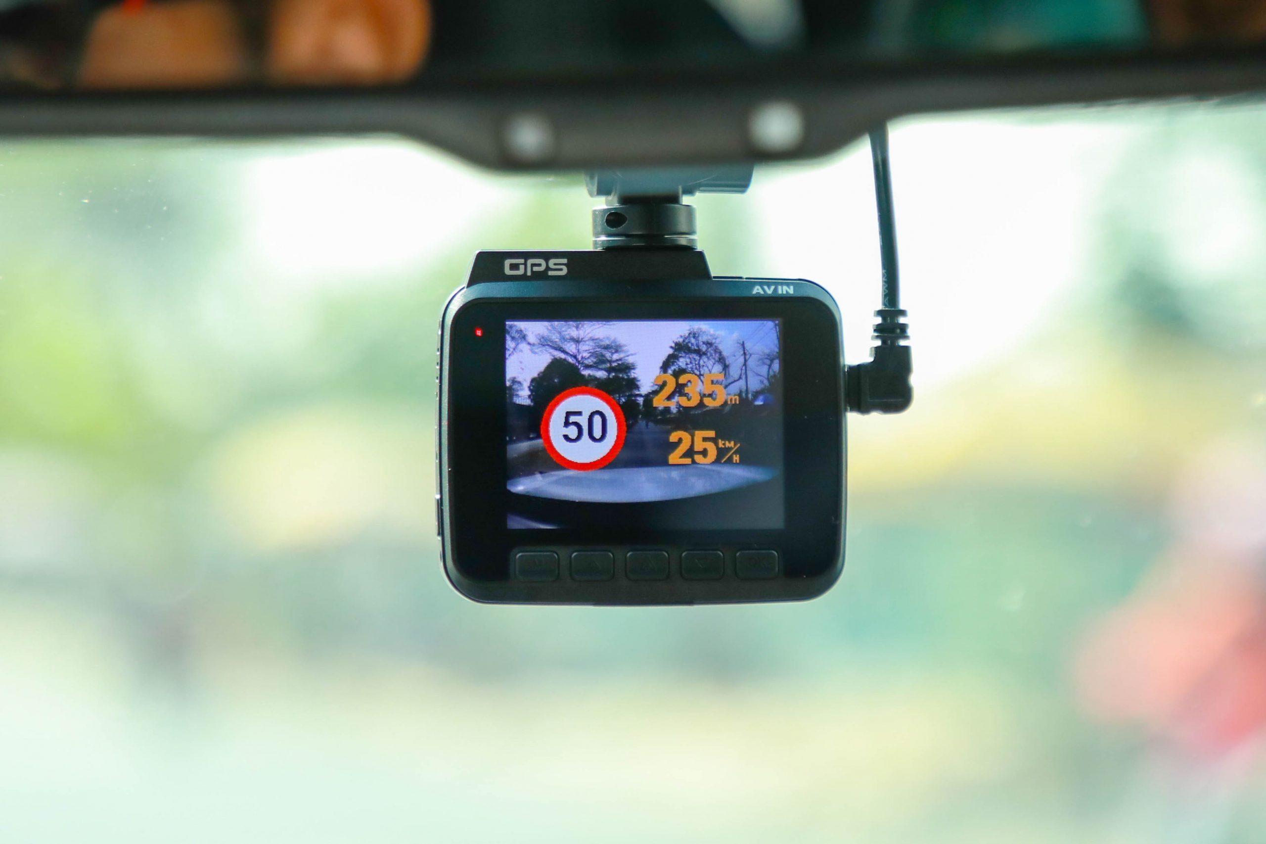 camera hành trình ghi hình 4k và cảnh báo giao thông