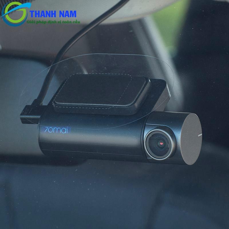 cận cảnh ống kính ghi hình trước của camera hành trình xiaomi 70mai pro