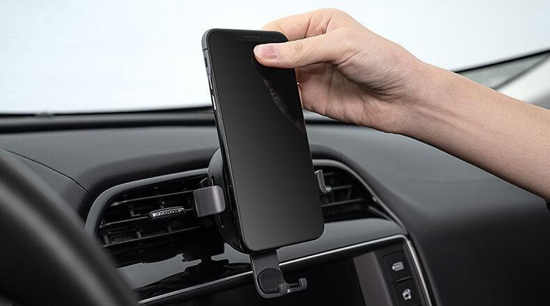 giá đỡ kiêm sạc điện thoại không dây trên ô tô